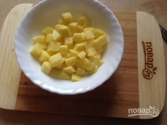 3. Очистим картофель и нарезаем небольшими кубиками.
