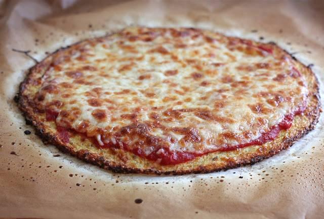 7. После можно слегка остудить корж, смазать его соусом, выложить любимую начинку и посыпать сыром. Запекайте пиццу в духовке до готовности.  Вот такой необыкновенно оригинальный способ, как приготовить пиццу с вкусным краешком. Обязательно повторите рецепт дома.