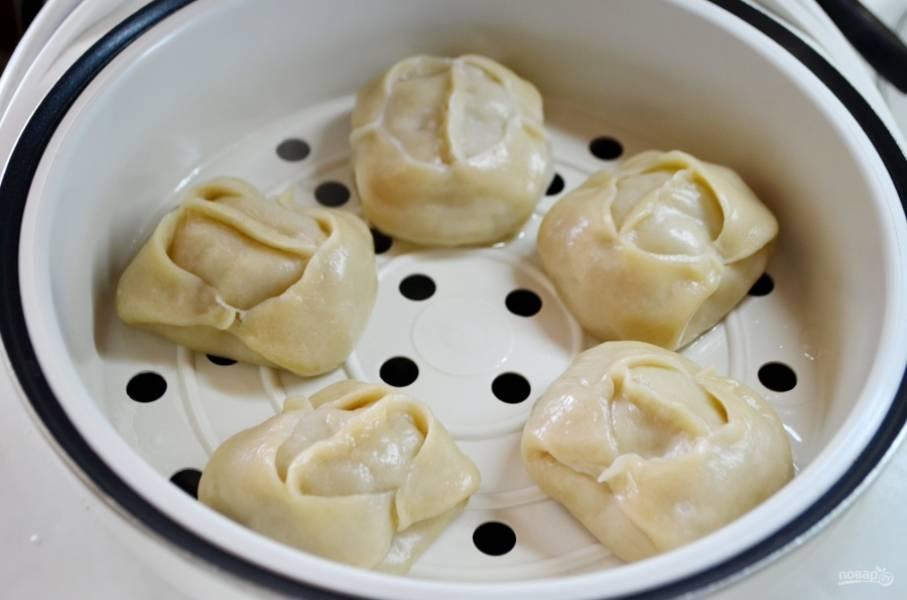 Классические манты готовы! Подают их с различными соусами, сметаной, можно сбрызнуть растопленным сливочным маслом. Приятного аппетита!