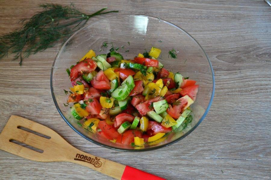 Перемешайте салат и дайте ему постоять 5-10 минут, чтобы овощи пустили сок, тогда салат станет еще вкуснее.
