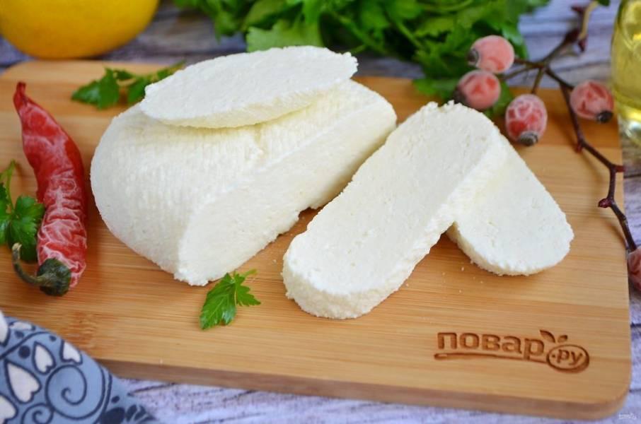 7. Снимите пресс, достаньте сыр из марли. Пробуйте!