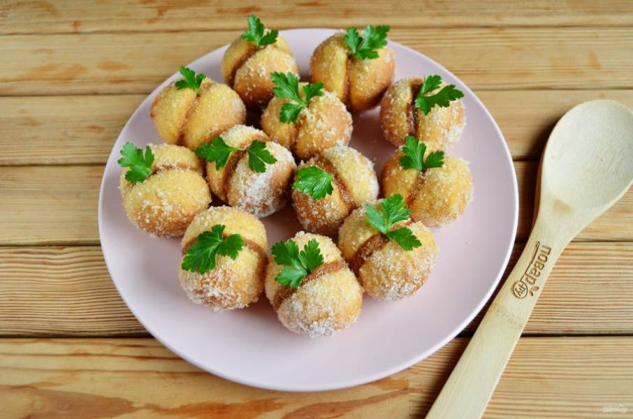 Последний штрих: вставьте в пирожные по листочку зелени. Готово! Теперь заверните пирожные в пищевую пленку и оставьте на 2 часа, им нужно отлежаться. После чего смело подавайте к столу! Приятного!