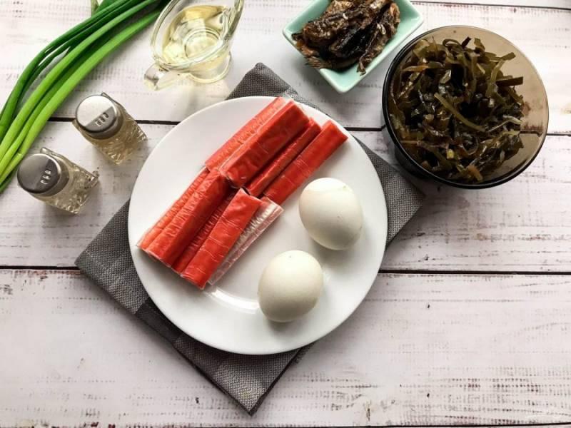 Подготовьте все необходимые ингредиенты. Яйца варите 7-8 минут после закипания воды.