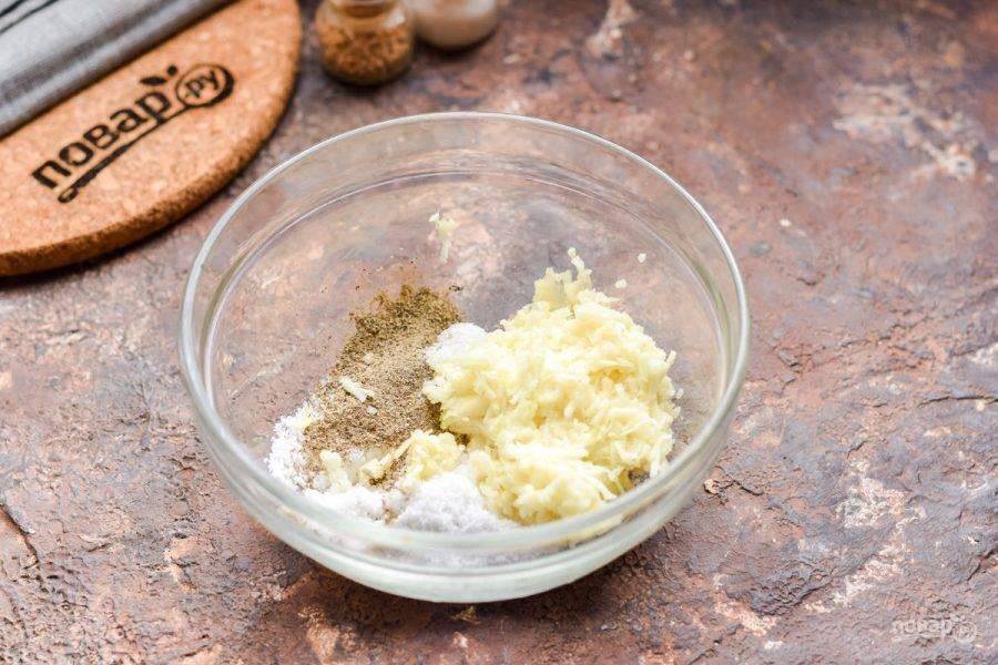 Весь чеснок натрите на мелкой терке, сложите в миску, добавьте столовую ложку соли и чайную ложку перца. Тщательно размешайте подготовленные ингредиенты. Смесь для сала готова.