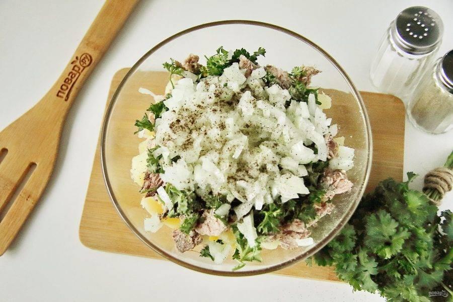 Лук нарежьте кубиками, обдайте кипятком, чтобы ушла горечь и слега отожмите. Вместе с луком добавьте в салат масло, соль и молотый перец.