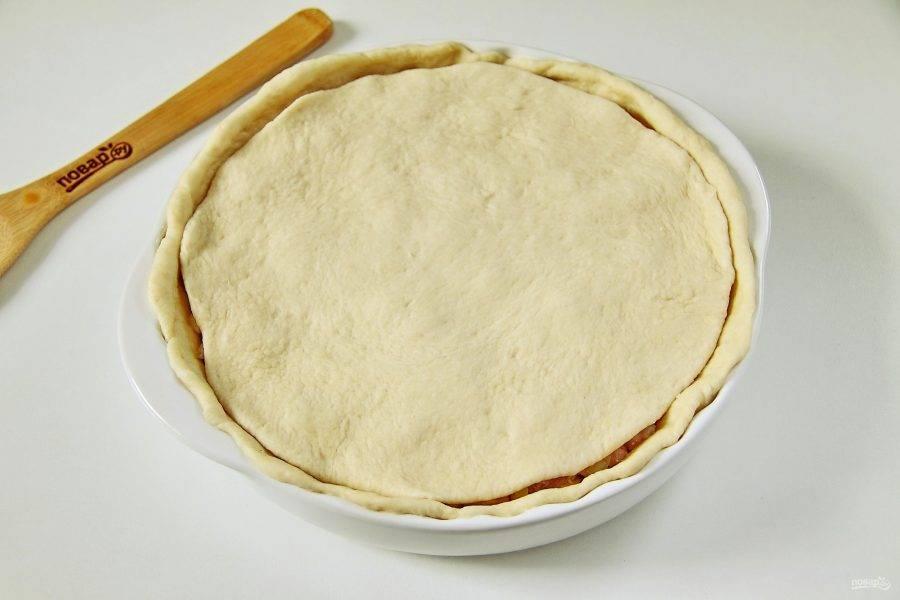 Вторую часть теста раскатайте толщиной около 4 мм и накройте им начинку.