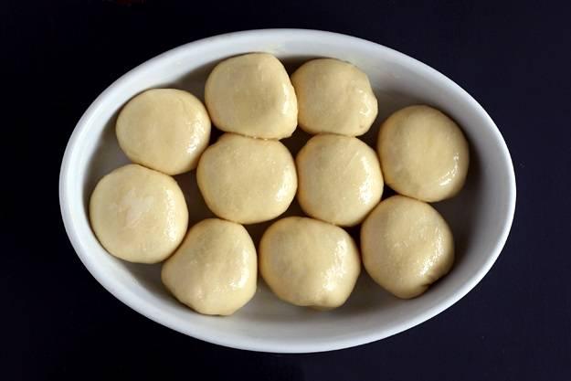 8. Оставить булочки в форме на 20-30 минут, а только затем отправить в разогретую духовку.