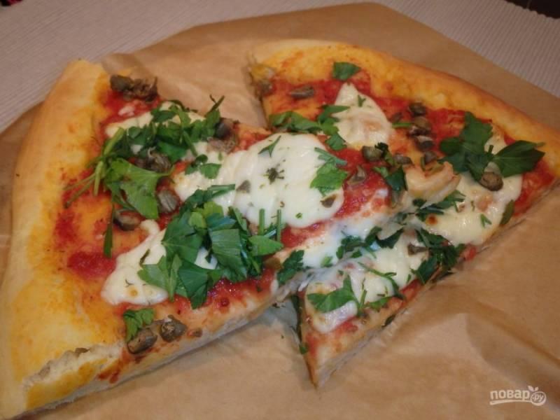 Запекайте пиццу в духовке при 200 градусах 7 минут. Готовое блюдо посыпьте петрушкой. Приятного аппетита!