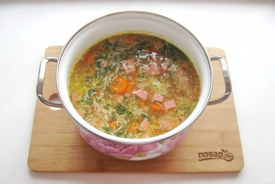 В готовый суп добавьте нарезанный укроп.