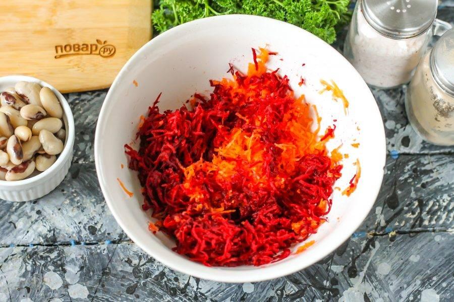 Свеклу и морковь очистите от кожуры, промойте и натрите на терке с мелкими или крупными ячейками.