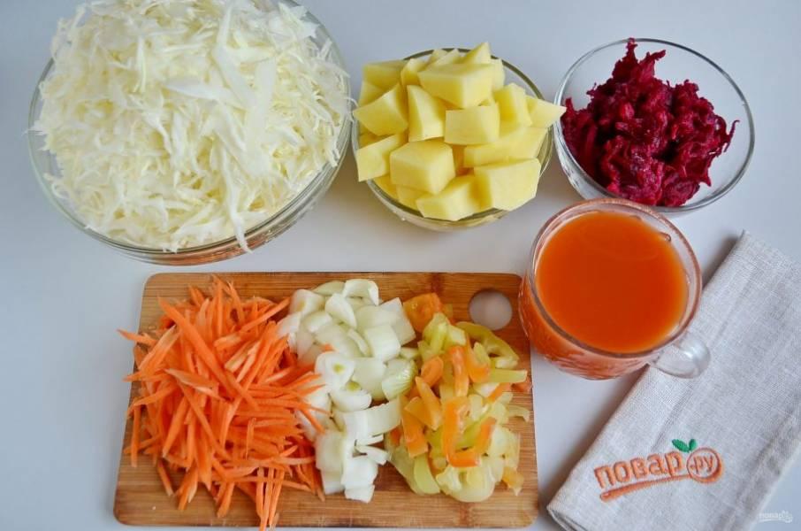2. Когда бульон и фасоль будут готовы, подготовьте овощи. Все вымойте, очистите, нашинкуйте и нарежьте.