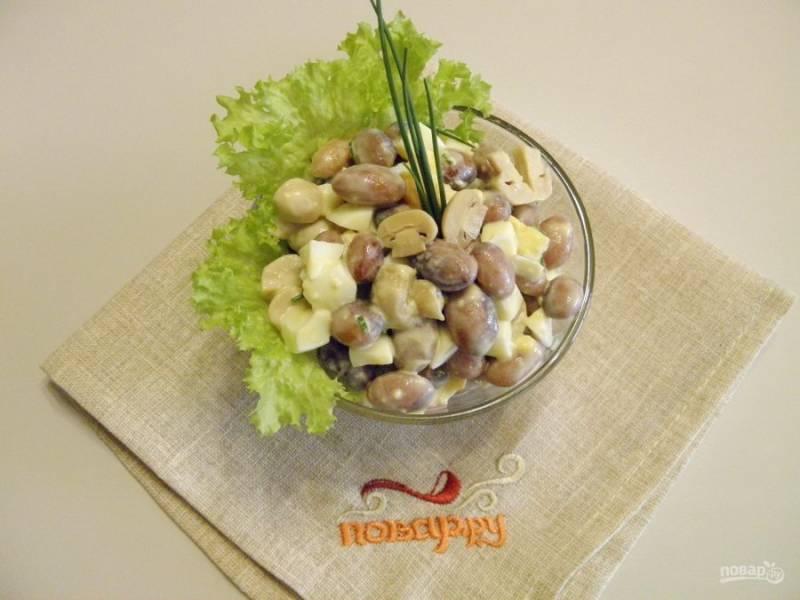 6. Подавать салат можно в общем салатнике или порционно, украсив листьями салата, зеленью и грибами.