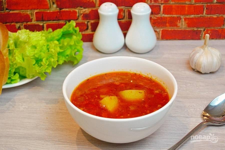 Варите суп до готовности. Проверьте его на соль, специи (хватает ли вам всего). Выключите. Дайте немного постоять. Разлейте по мискам и подайте к столу.