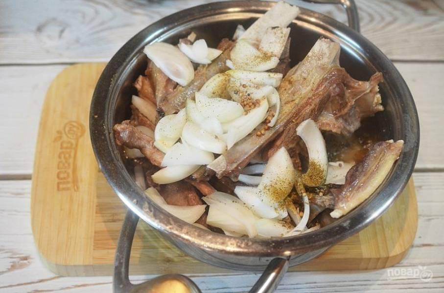 5. Мясо перемешайте, посолите, поперчите, добавьте половину специй, затем выложите лук и оставшиеся специи. Плотно закройте и томите на небольшом огне 1,5 часа.