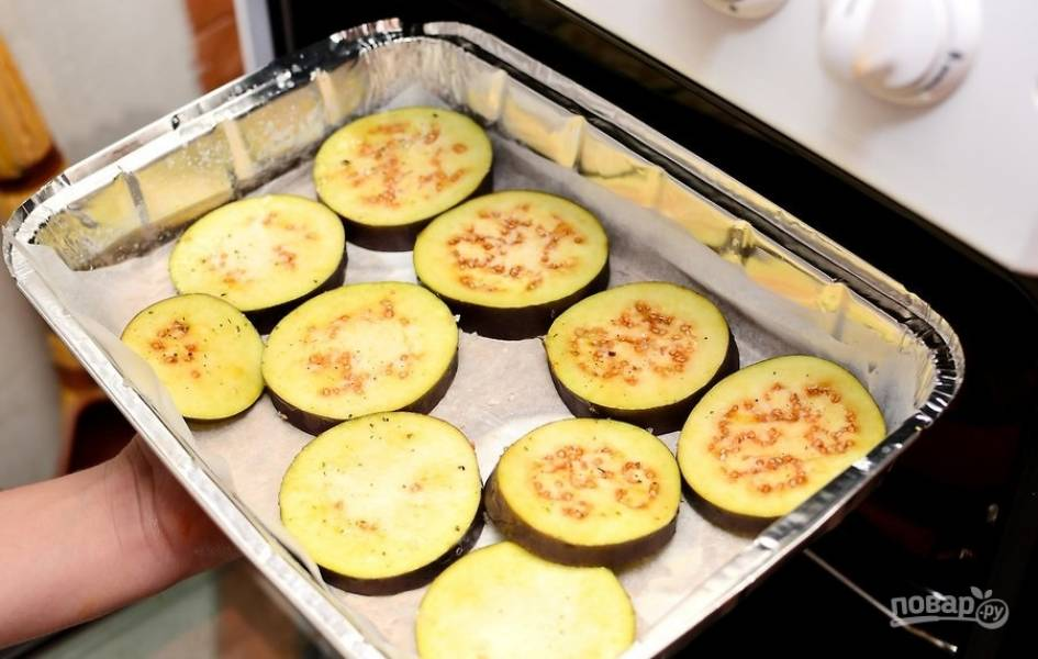 7.Отправьте баклажаны в заранее разогретый до 175-180 градусов духовой шкаф на полчаса (приблизительно).