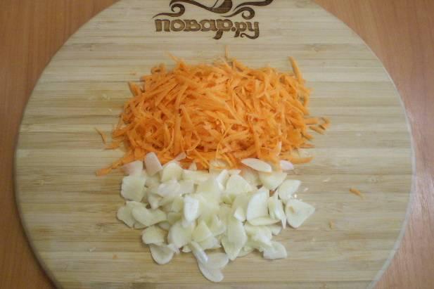 Измельчите чеснок и морковь.