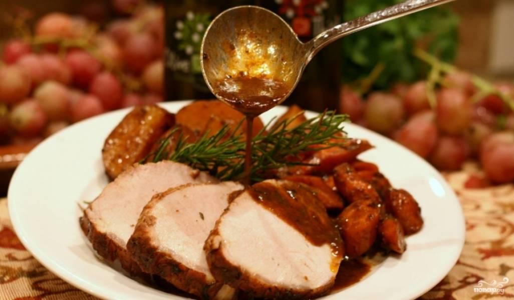4. Как только и картошка, и мясо будут готовы — достаем блюдо и подаем к столу!