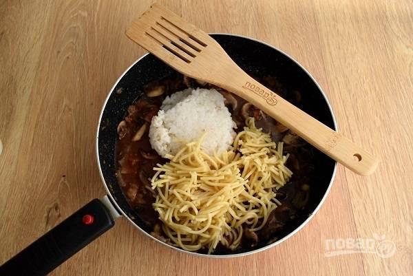 Теперь очередь спагетти и риса. Также добавьте розмарин, соль и перец по вкусу, перемешайте и готовьте 1 минуту.
