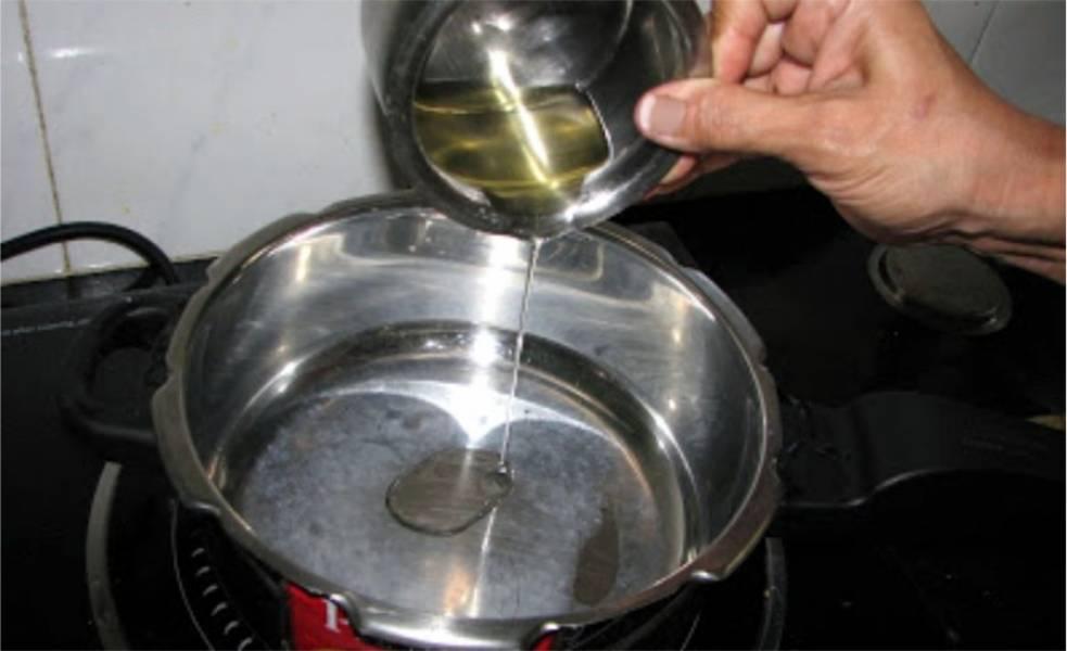 6. Когда язык замариновался, перейдем к непосредственному приготовлению блюда. В кастрюлю вылейте немного подсолнечного либо оливкового масла
