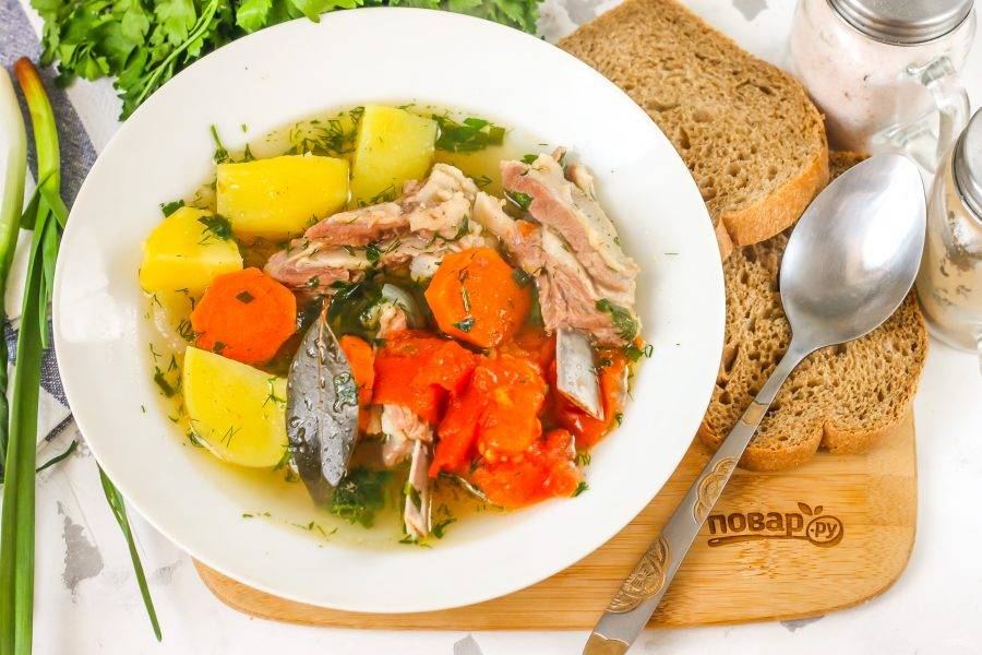 Выложите горячую шурпу в глубокие тарелки и подайте к столу с хлебными изделиями. Приятного аппетита!