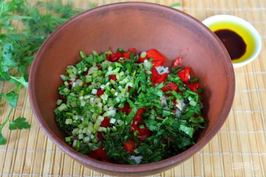 Зелень моем, режем и высыпаем в салат. У меня укроп, петрушка и черемша.