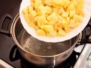 В кипящую воду кладем картофель, солим. Варить 5 минут.