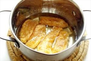 5. Для жарки лучше брать емкость с высокими бортами. Наливаем туда масло и доводим до кипения, только после этого можно отправлять во фритюр мясо. Жарим до появления золотистого цвета и вытаскиваем на блюдо.