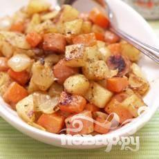 4.Разложите кусочки картофеля на противень, заправьте маслом и солью. Жарьте в духовке 20-30 минут при температуре 220 градусов Цельсия, пока кусочки не станут золотистыми и хрустящими. В процессе жарки один раз переверните картошку. Готовую картошку попробуйте на соль. При необходимости досолите.