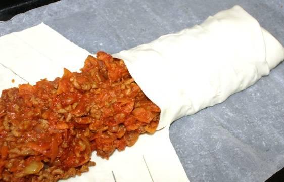 5. Сперва нужно завернуть края, а затем заплести тесто косичкой, плотно прижимая края.