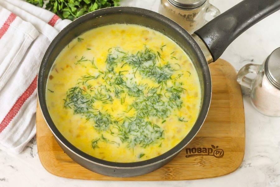 Промойте свежий укроп в воде, измельчите и добавьте в емкость, перемешайте и поперчите. Попробуйте суп на вкус, при необходимости подкорректируйте его.