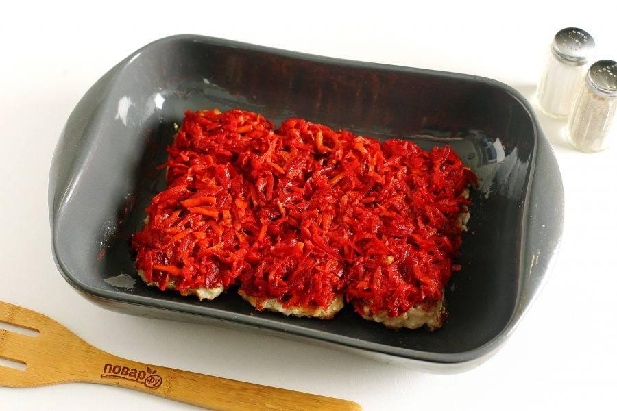 Сверху распределите овощи. Запекайте в духовке прикрыв форму фольгой при температуре 180 градусов около 20 минут.