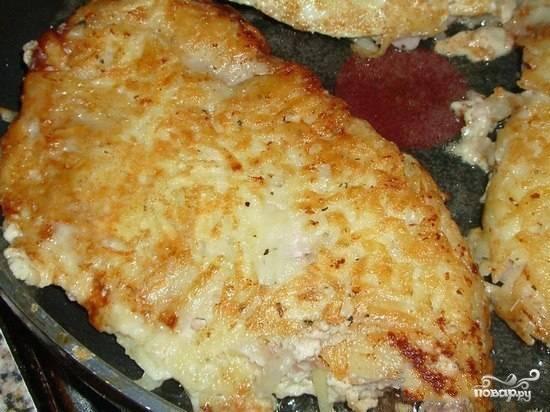 Отправляем наши картофельно-мясные отбивные на разогретую и смазанную маслом сковородку. Обжариваем с обеих сторон, пока наша вкуснятина не зарумянится. Также можно запекать мясо в духовке. Смотрите, как вам больше нравится.