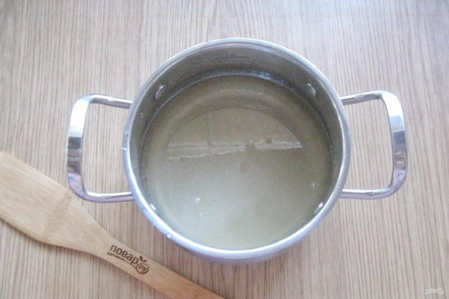 Поставьте на плиту и перемешивая доведите сироп до кипения.