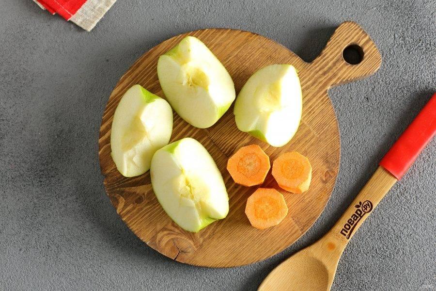 Яблоко тщательно помойте и разрежьте на 3-4 части. Морковь очистите и нарежьте кружочками.