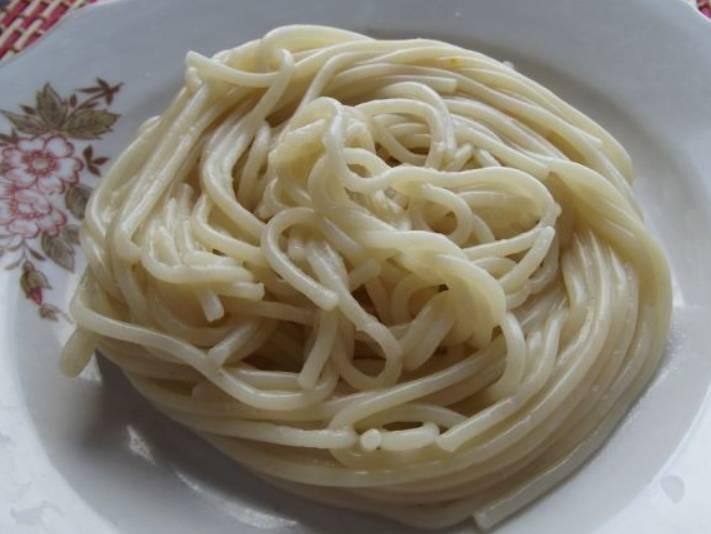 Переложите сваренные спагетти в дуршлаг и слейте воду. Затем раскладываем макароны порциями по тарелкам.