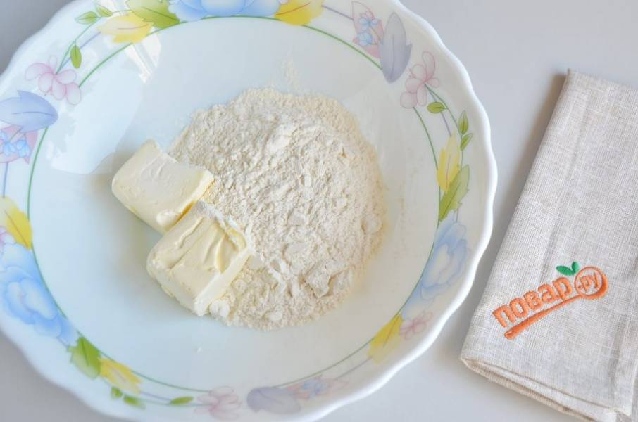 2. Соедините холодное сливочное масло с солью, мукой. Перетрите в крошку. Добавьте воду и замесите тесто.