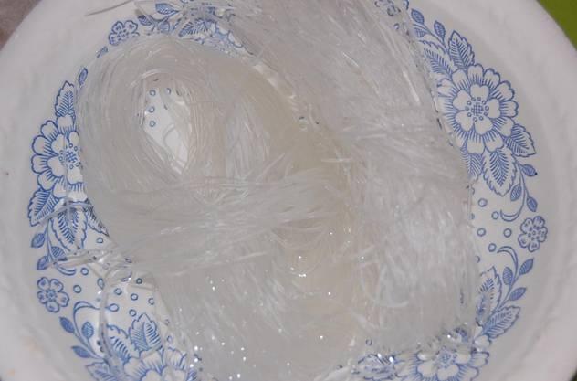 Сухую фунчозу залейте кипятком, накройте тарелкой или крышкой. Оставьте на 10 минут.