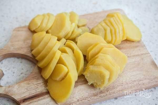 5. Остывший картофель нарежьте кружочками.
