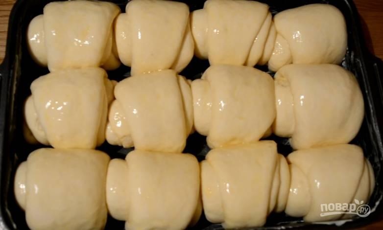 9.Смазываем булки взбитым яйцом, отправляем в разогретый до 160-170 градусов духовой шкаф на 30-35 минут.