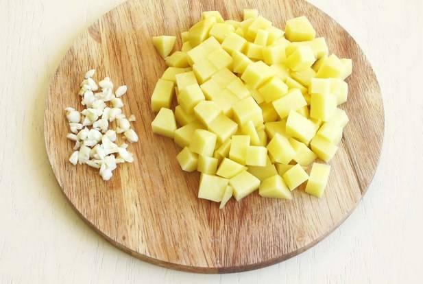 Чеснок измельчите, картошку режем кубиками.