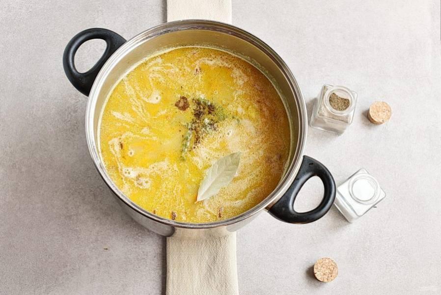 Опустите зажарку в суп, выложите нарезанное мясо, посолите, поперчите по вкусу. Добавьте лавровый лист и тимьян. Варите суп еще 3 минуты. Дайте настояться под крышкой еще 10 минут.