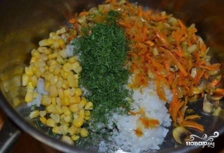 А теперь приступим к начинке: выкладываем в миску обжаренные овощи с грибами, добавляем рис, кукурузу, измельченную зелень и специи. Мне нравится к рыбе добавлять прованские травы.