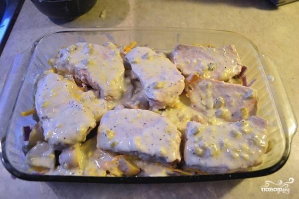 8. Сверху выложите мясо и вылейте сливочный соус.