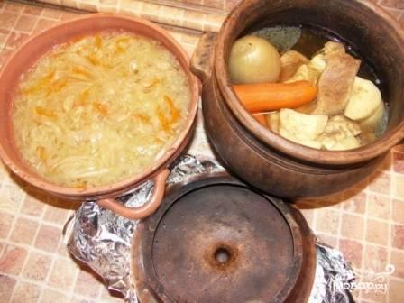 По истечении времени достаем горшки из духовки. Овощи и зелень из бульона выбрасываем. Мясо достаем и нарезаем на кусочки.
