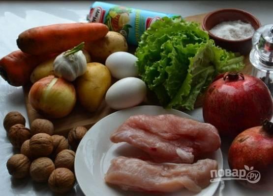 Подготовим ингредиенты для салата. Отварим куриное филе, яйца, морковь и картофель.