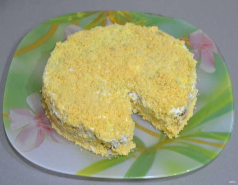 Аккуратно снимите кольцо, уберите вложенный кусочек сыра, посыпьте натертыми на терке желтками.