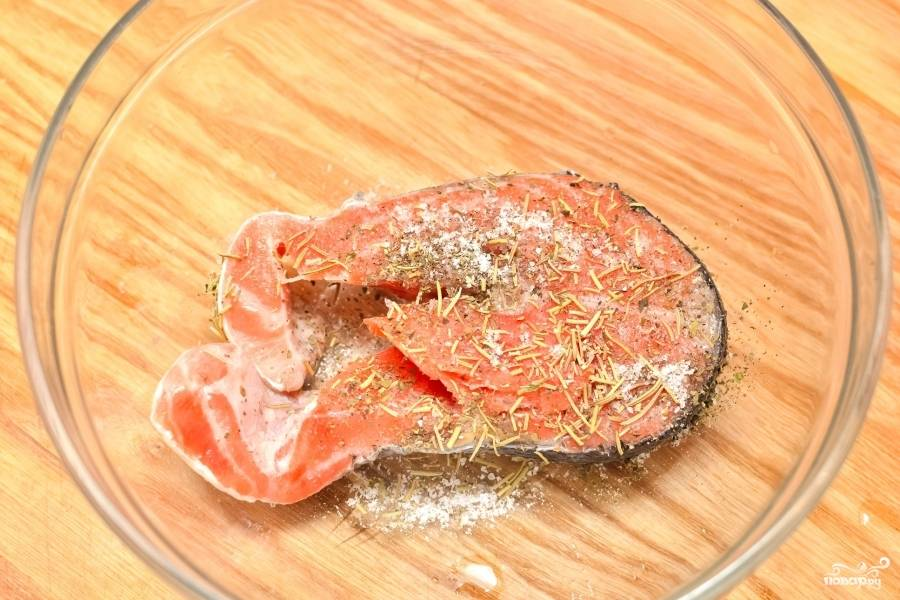 Положите лосось в чашку для микроволновки. Присыпьте вашей любимой приправой. Можете взять смесь приправ для рыбы.