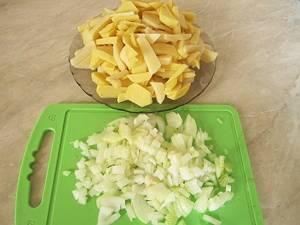 1. Итак, Вы уже заинтригованы, и возникает вопрос: все-таки как приготовить пирог с брюшками сёмги? Для начала нарежьте ингредиенты. Предварительно промойте картофель под  холодной проточной водой, лучше всего нарезать его тонкими колечками или дольками. Простой рецепт пирога с брюшками семги заключается в быстроте приготовления! И вскоре Вы в этом убедитесь. Очистите и нарежьте лук кольцами, а тем, кто не хочет из-за лука слезы проливать, советую лезвие ножа смачивать холодной водой.