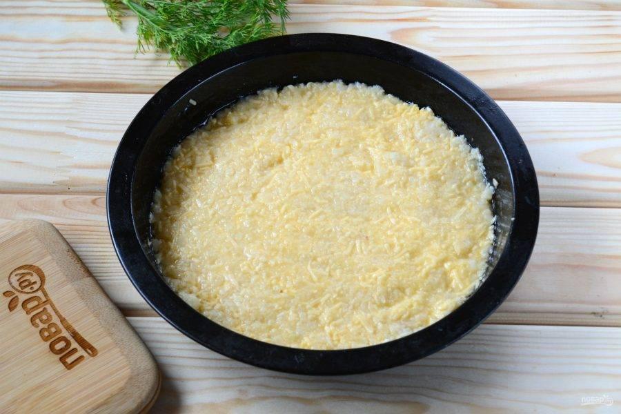 Полученную массу переложите в форму для запекания диаметром 20-22 см. Запекайте в духовке 10-15 минут, пока масса не схватится.