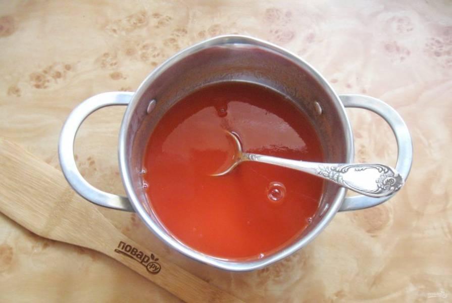 В кастрюлю выложите томатную пасту и залейте водой, перемешайте.